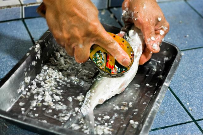 чистить рыбу чтобы не летела чешуя