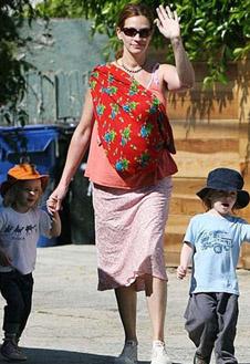 Джулия Робертс гуляет по Голливуду с близнецами