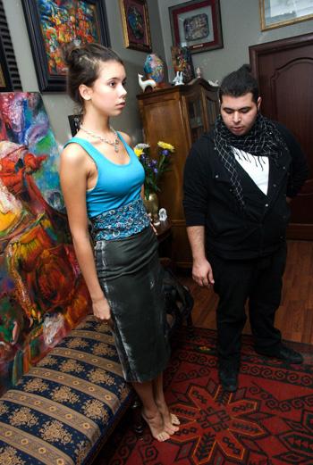 Тем временем кастинг уже начался. Девушкам, которые подходили, сразу предлагалось примерить наряды дизайнера.