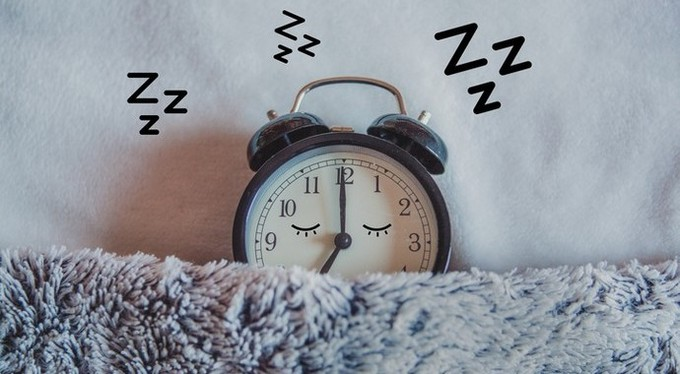 Правила здорового сна: уберите от кровати гаджеты и яблоки