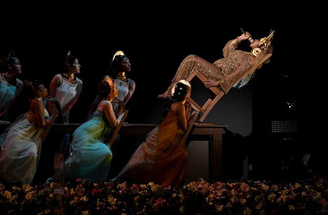 Беременная Бейонсе показала животик на церемонии Grammy