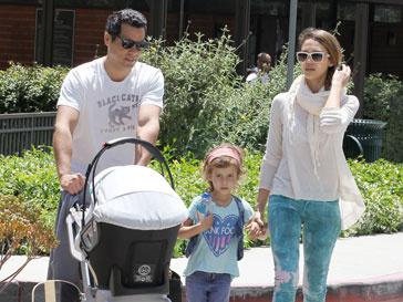 Джессика Альба (Jessica Alba) с мужем Кэшем Уорреном (Cash Warren) и детьми