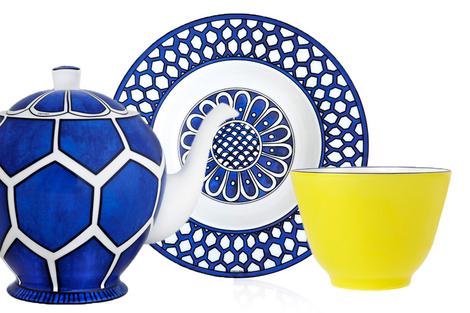 Чайник, тарелка и чаша из коллекции Bleus d'Ailleurs, Hermès, бутики Hermès.