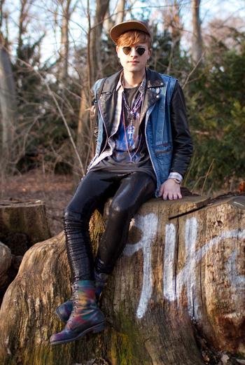 Настоящий дерзкий рок-н-ролл: черная кожа, очки, обилие аксессуаров и, конечно же, джинса. Студент Steffy из Стокгольма носит винтаж и одежду скандинавского бренда Bik Bok.