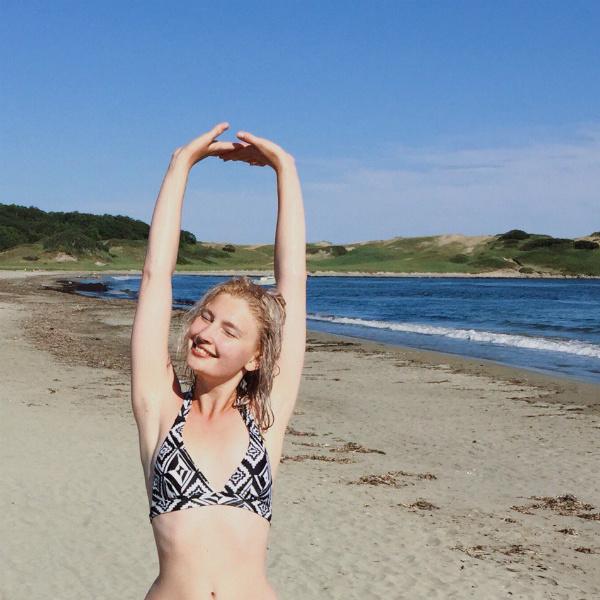 Женщина за 40 на диком пляже фото