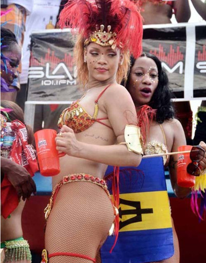 Рианна на карнавале на Барбадосе.