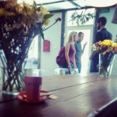 Съемки в кафе носили шпионский характер, но рокера узнать можно