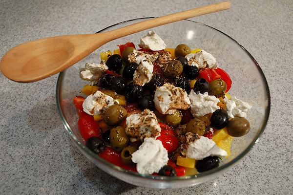 Салат с овощами и сухариками