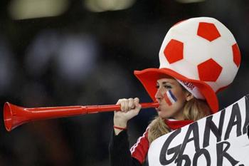 Плюшевый футбольный мяч на мундиале не только можно, но и нужно носить на голове.