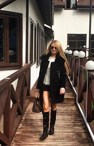 Дарья Пынзарь в черном пальто