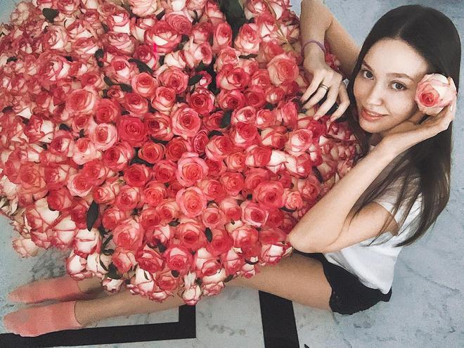 Какие цветы дарят звездам: Решетова похвасталась шикарным букетом