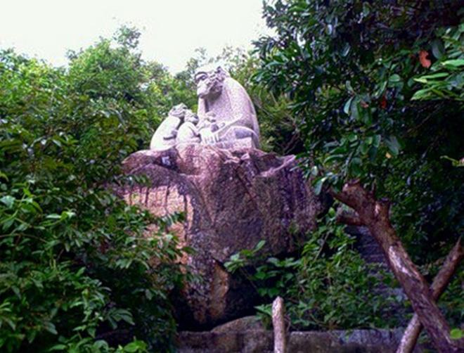 Самые необычные памятники мира с обезьянами: фото