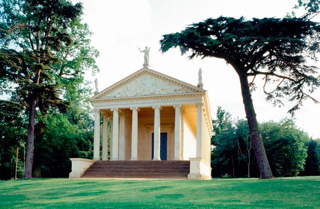 Греческий храм (1747–1749) в английском парке Стоу.