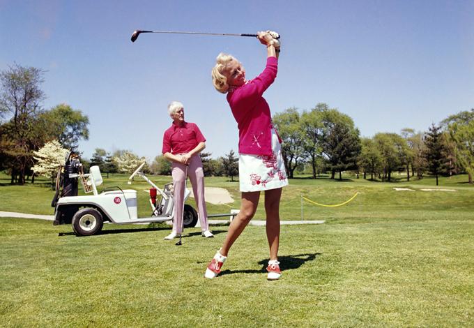 Женщина играет в гольф
