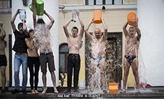 Актеры Калужского драмтеатра облились холодной водой
