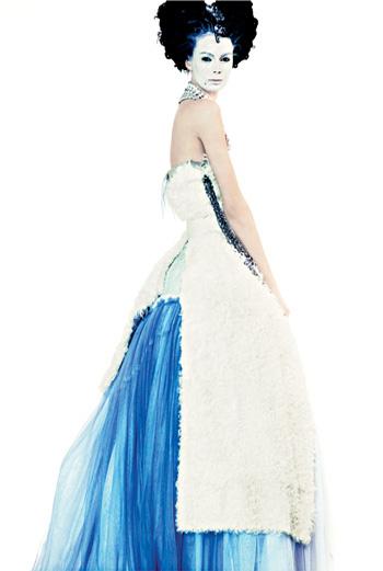Платье из меха ягненка с подкладкой из тюля, Dolce & Gabbana; ожерелье (на голове), Gerard Yosca