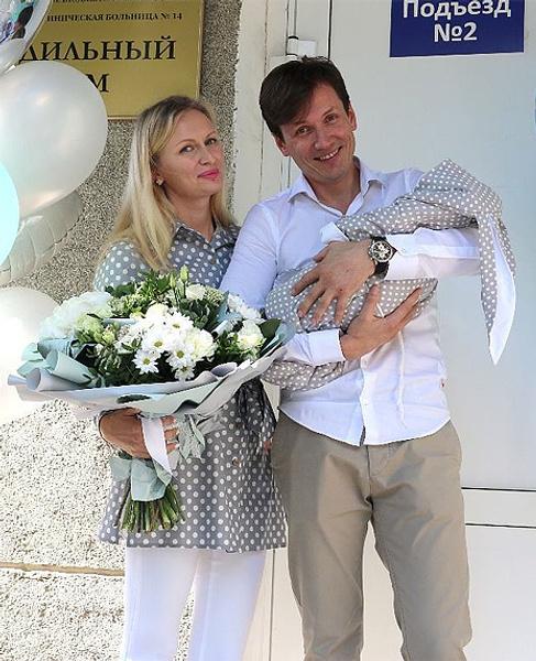 Вячеслав Мясников с женой Надеждой и новорожденным сыном Никитой, фото