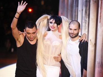 Леди ГаГа (Lady GaGa) вышла на подиум на Неделе моды в Париже