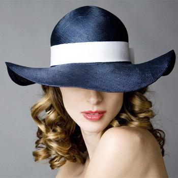 Соломенная шляпка цвета моря с широкой белоснежной лентой становится центральным элементом курортной коллекции.