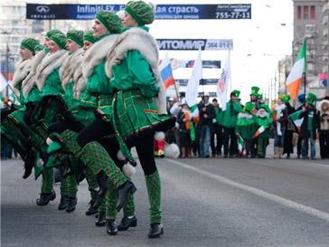 Традиционные атрибуты праздника - зеленый цвет и клевер