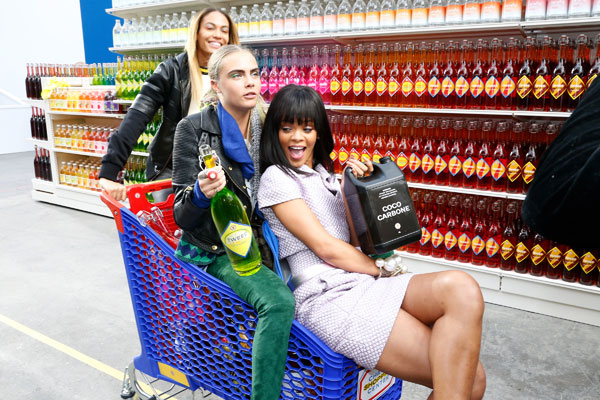 Рианна, Кара Делевинь и модель с показа делают покупки