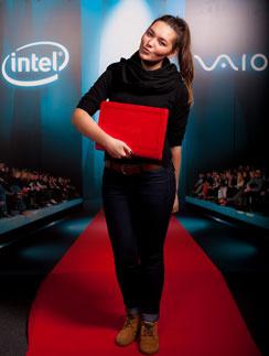 На Неделях моды манекенщицы выходили на подиум со стильными ноутбуками VAIO