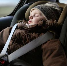 Осторожно: детей нельзя возить в машине в пуховиках
