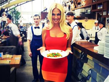Виктория Лопырева с удовольствием готовит итальянскую пасту с овощным соусом.