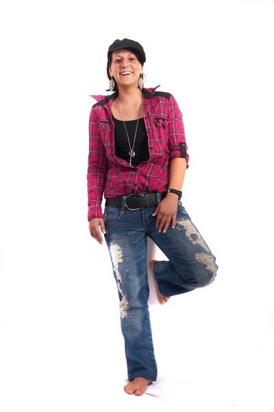 Образ: свободный стиль: джинсы, кеды и розовая рубашка.