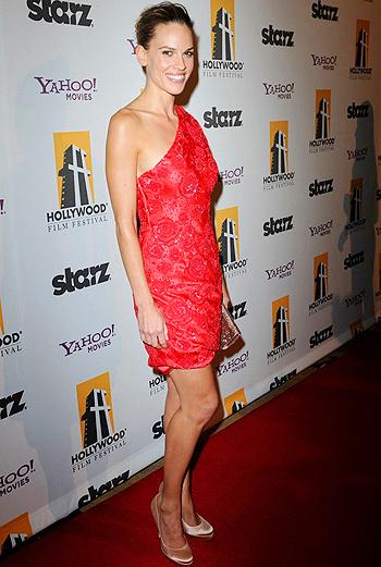 «Малышка на миллион» Хилари Суонк предпочла расшитое бисером алое платье.