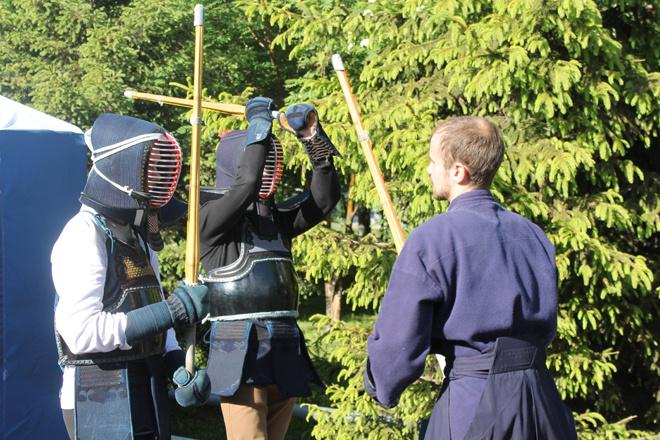 Поучиться стрелять из лука или сражаться на световых мечах – как в «Звездных войнах».