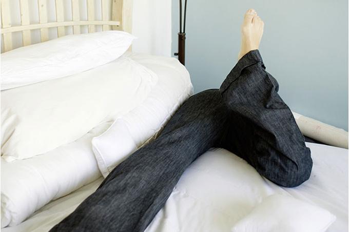 Человек на кровати