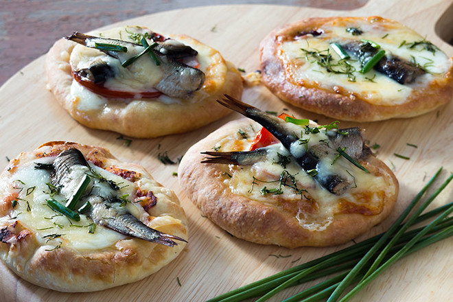 Мини-пицца со шпротами
