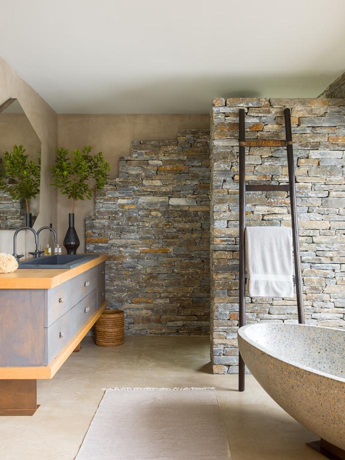 Ванная комната при спальне хозяина. Стены облицованы местным камнем. Ванна из терраццо, Collection OO, дизайн Жирко Баннаса. Зеркало и консоль сделаны по эскизам Деньо.