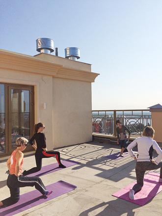 Пилатес на крыше первого дома жилого квартала «Арбат»