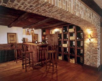Заказчики хотели засыпать цокольный этаж дома песком, но Ирена убедила распорядиться им более рационально - устроить там биллиардную комнату с баром.
