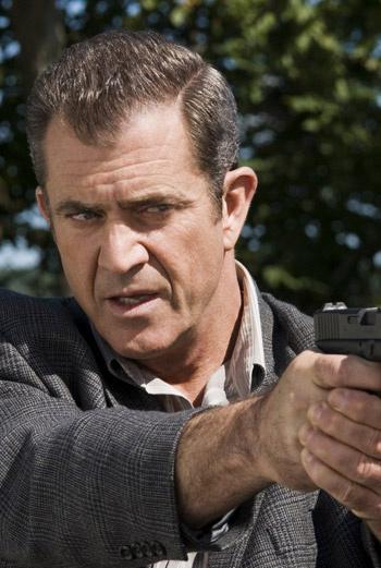 В фильмах Мел Гибсон часто держит в руках оружие, хорошо, что в жизни актер менее агрессивен.