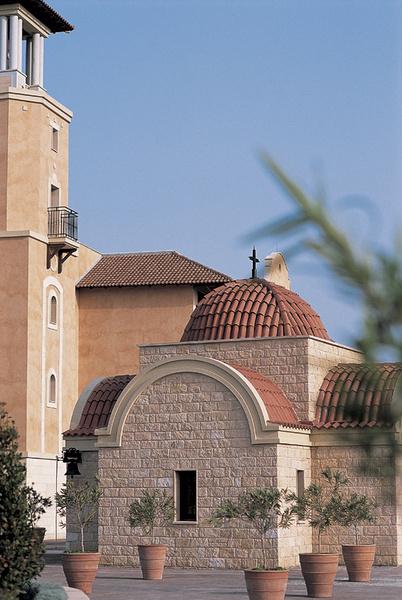 Предварительно договорившись, в маленькой церкви на территории отеля можно обвенчаться или крестить ребенка (киприоты – православные).