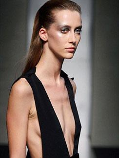 Во время показа Gianfranco Ferré на подиум вышла модель, больная анорексией