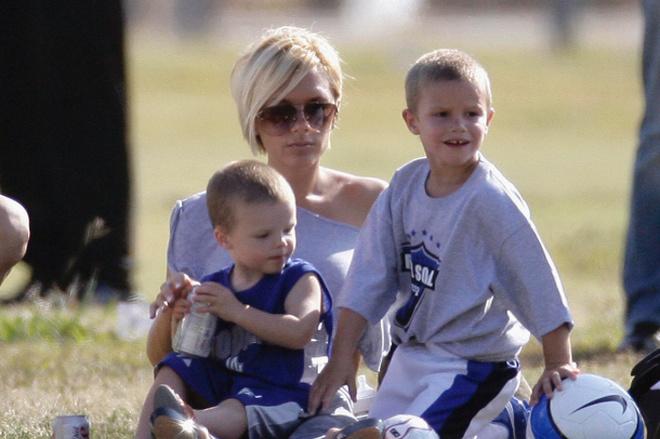Виктория Бэкхем с сыновьями Крузом (слева) и Ромео (справа)
