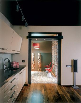 На полу кухни-гостиной - паркетная доска из ореха. Кухонная мебель от Del Tongo. Абажуры торшеров сделаны из натурального шпона.