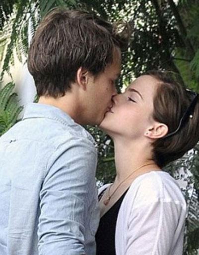 Эмма Уотсон (Emma Watson) и Джонни Симмонс (Johnny Simmons)