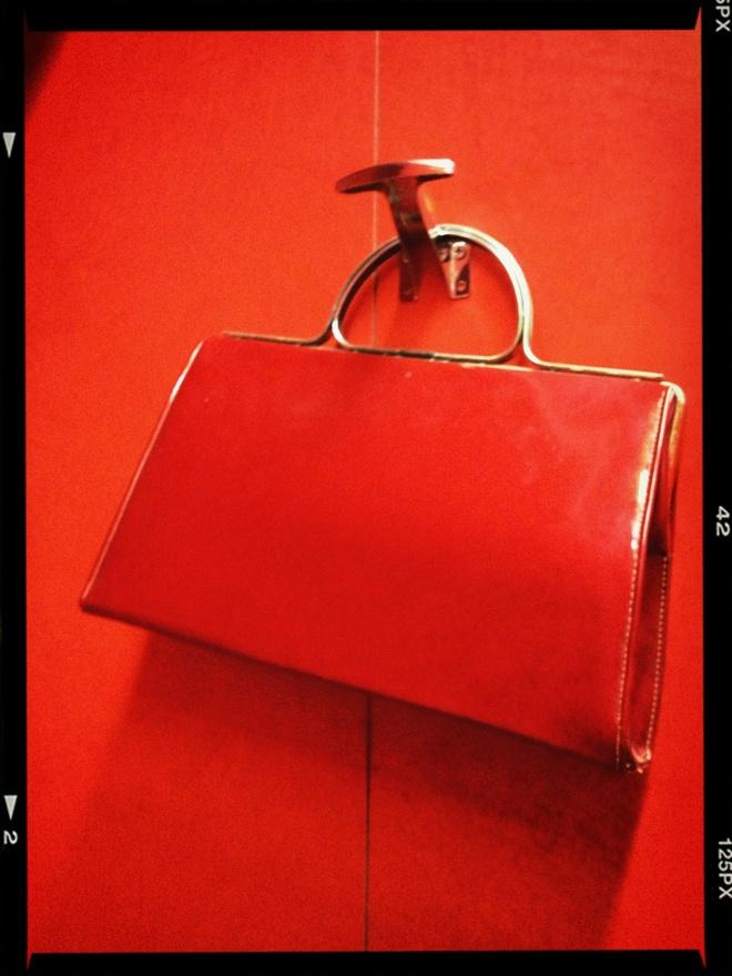 красная сумка с чем носить