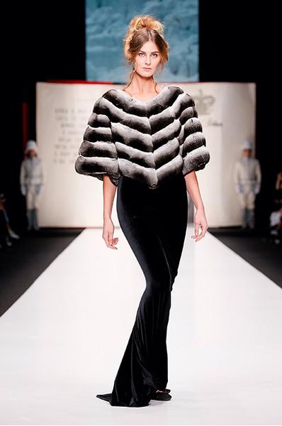 Неделя моды в Москве: окровения участницы показа