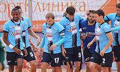 Босиком по песку: самые горячие футболисты Новосибирска
