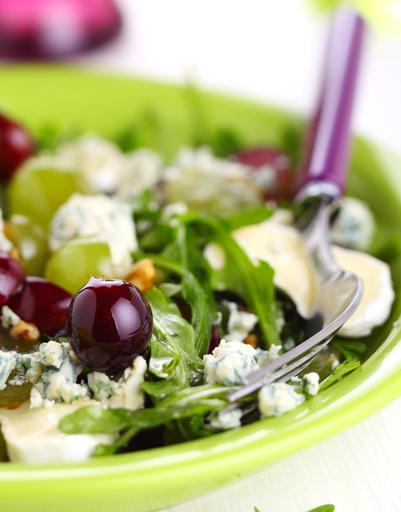 Сырный салат с виноградом