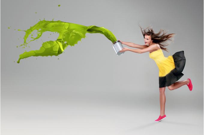 Девушка, выплескивающая краску из ведра