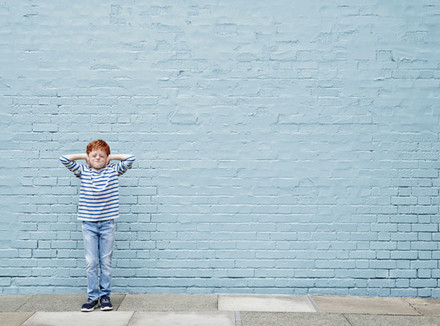 Ребенок на фоне кирпичной стены