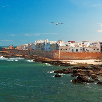 В Марокко не нужна виза. С собой нужно взять купальник, летние платья, крем для загара и хорошее настроение.