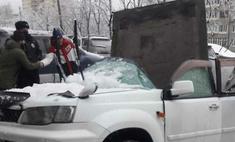Во Владивостоке на машину упала бетонная плита, и эпичность этого видео может затмить только хладнокровие водителя